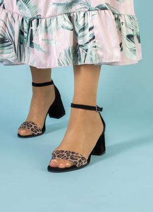 Женские босоножки на каблуке леопард