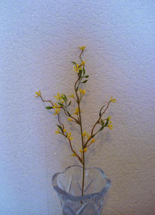 Искусственные желтые цветы