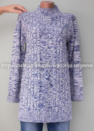 Теплый красивый вязаный удлиненный свитер с воротником стойка
