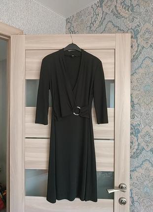 Красивое платье миди длины верх на запах