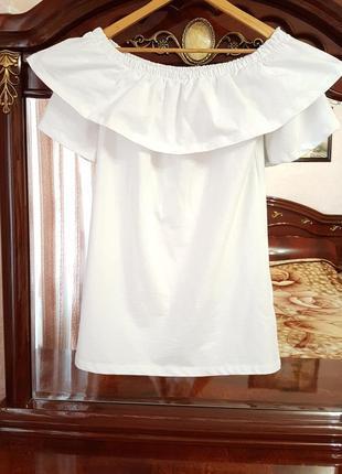 Белое летнее хлопковое платье с оборками и открытыми плечами.