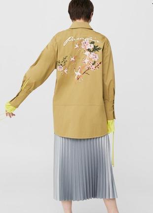 Крутая коттоновая куртка с вышивкой цвета хаки от mango. милитари