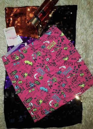 Розовая мини юбка резинка в оригинальный принт.
