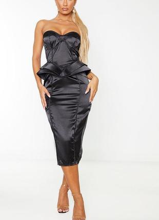 Чёрное сатиновое платье миди с баской