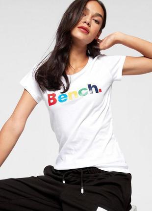 Белая футболка с надписей bench