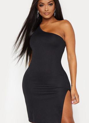 Чёрное платье мини на одно плечо с высоким разрезом