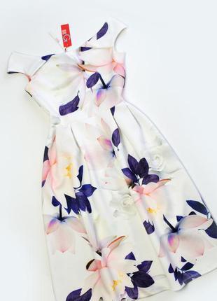 Плотное белое платье в цветы миди