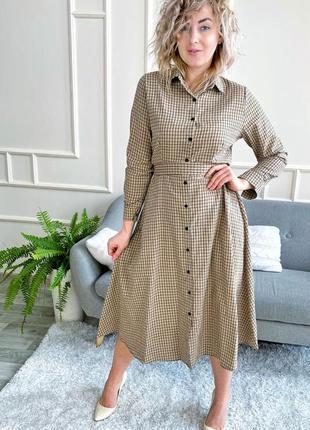 Бежевое платье-рубашка в клетку миди