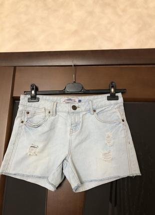 Фирменные джинсовые голубые шорты рванки, новые. супер!