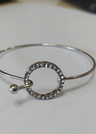 Стильный серебристый браслет со стразами