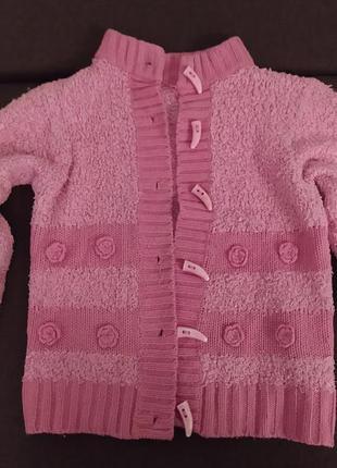 Теплая розовая кофта с вязаными цветочками и пуговицами-клыками