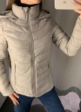 Бежевая песочная куртка с капюшоном курточка amisu есть размеры
