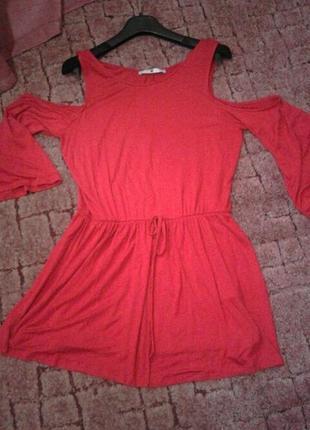 Короткое платье открыты плечи