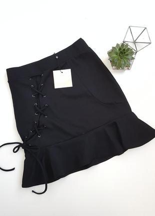 Черная юбка со шнуровкой и рюшем по краю