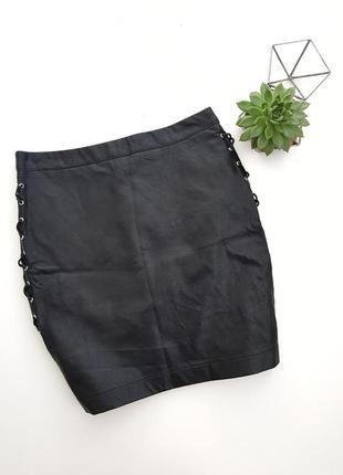 Трендовая кожаная бунтарская мини юбка с шнуровками по бокам