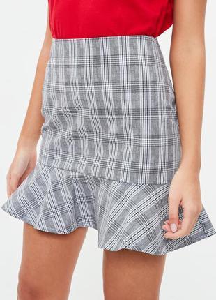 Стильная клетчатая юбка с оборкой