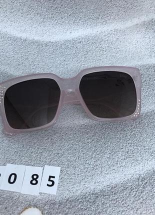 Солнцезащитные очки с черными линзами и розовой оправой к. 2085