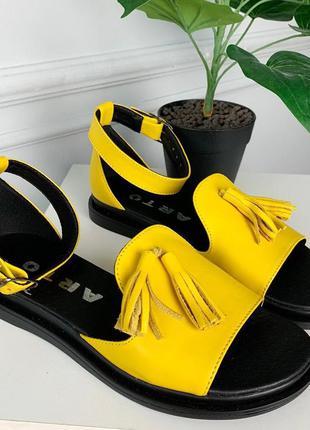 Натуральные желтые босоножки