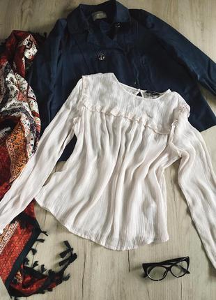 Молочная блуза с рюшами металическими полосками
