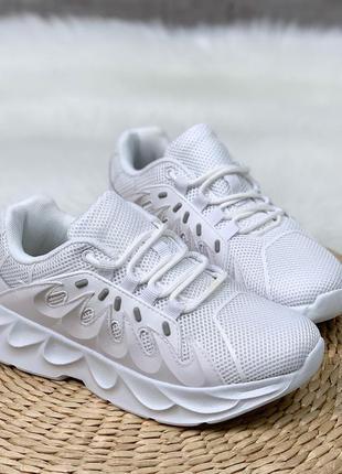 Стильные белые кроссовки из обувного текстиля