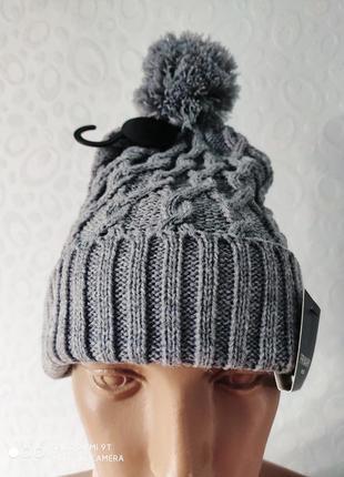 Классная вязаная шапка с бубоном