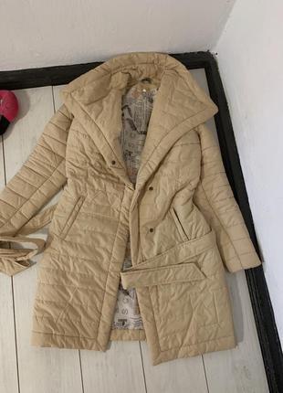 Бежевое пальто под пояс