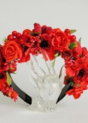 Нарядный венок красные розы.