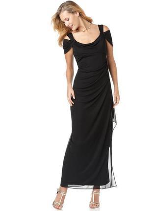 Вечернее платье в пол с акцентным декольте и каскадным воланом...