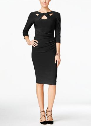 Эффектное платье по фигуре с акцентным декольте и рукавами 3/4...