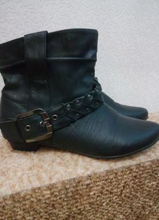 Черные демисезонные ботинки на низком каблуке
