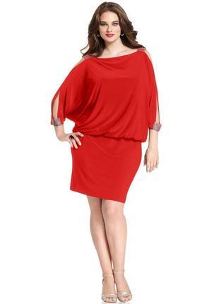 Платье-блузон с широкими стразовыми бретелями и вырезами на пл...