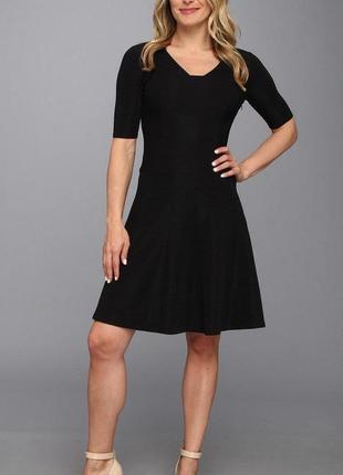 Черное платье а-силуэт из фактурной ткани с заостренным вырезо...