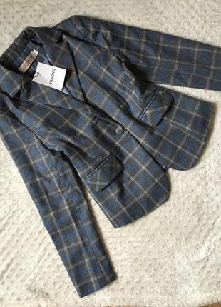 Стильный пиджак в клетку, удлинённый пиджак, жакет на одну пуг...