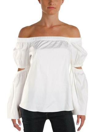 Белая блуза со спадающими плечами, длинными акцентными рукавам...