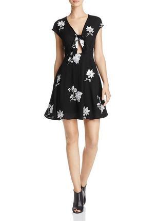 Черное платье swing v-вырез с завязывающимися деталями и контр...