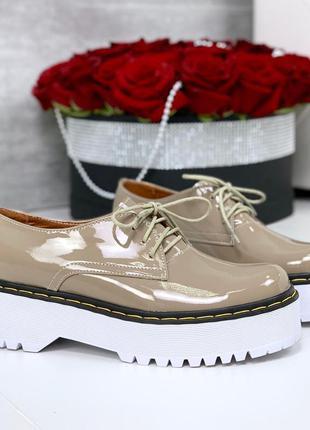 Лаковые закрытые туфли на платформе,туфли цвета каппучино на т...