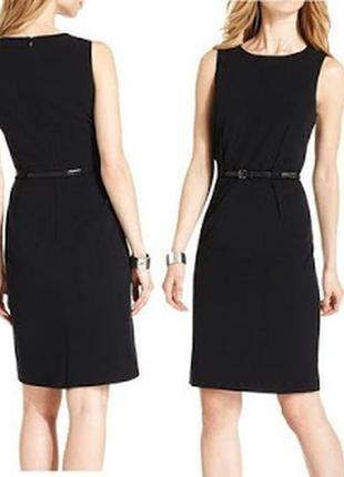 Брендовое маленькое черное  платье футляр  по фигуре с пояском...