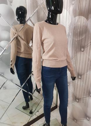 Мягкий светло-бежевый свитер с жемчугом 1091