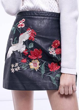 Модная юбка под кожу с вышивкой