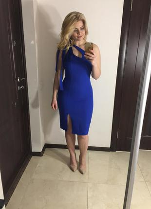 Синее платье с разрезом на ноге