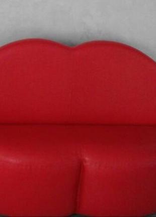 Красный диван