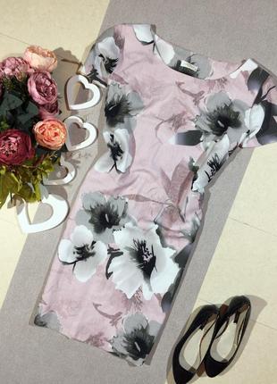 Прямое нежного цвета платье в цветочный принт с кармашками.