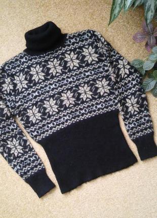 Теплый уютный свитер с актуальным рисунком