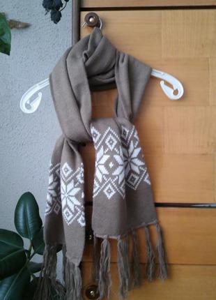 Мягкий  шарф  табачного цвета с актуальным рисунком