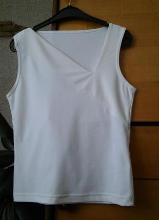 Белая футболка с асимметричным вырезом