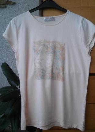 Нежная розовая футболка с принтом