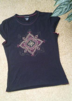 Черная футболка с красивой вышивкой