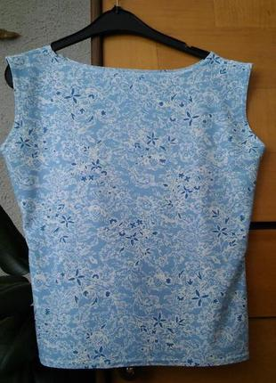 Бело-голубая футболка