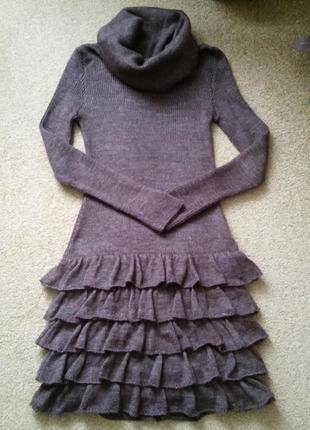 Теплое трикотажное платье с кокетливыми рюшами на высокую девушку