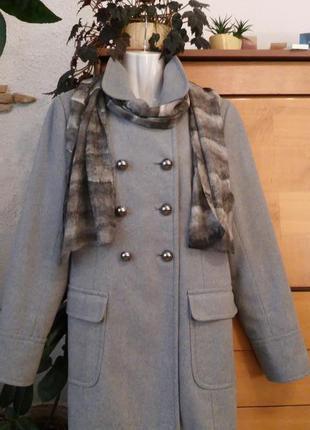 Демисезонное пальто в актуальном стиле милитари, шарф из натур...